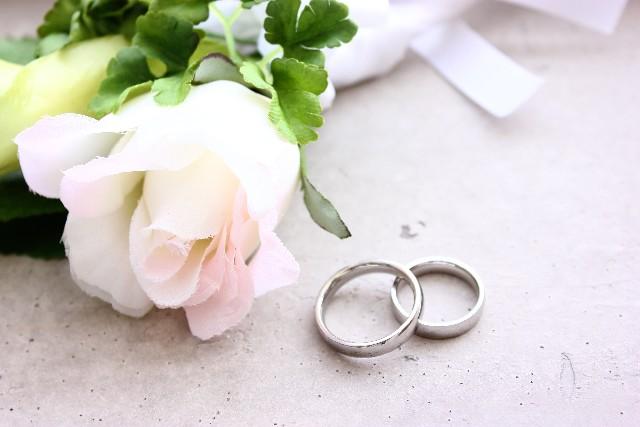 結婚指輪とバラの花