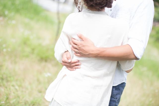 抱き合う男女、結婚相談所、八重洲、横浜